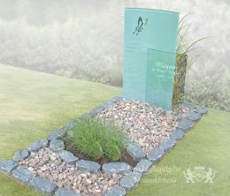Rustiek grafmonument met glasplaten
