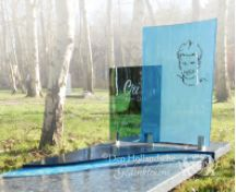 Grafmonument met blauwe glasplaten foto 1