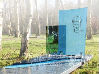 Grafmonument met blauwe glasplaten