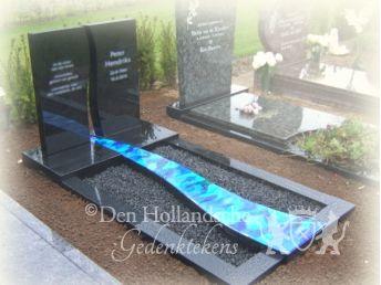 Grafsteen zwart graniet met rivier den hollandsche gedenktekens - Spiegelt eigentijds ontwerp ...